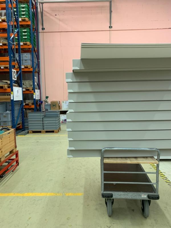 Die Kartonschachteln für die Aufbewahrung der Textilien stehen bereit.