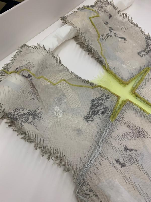 Polsterungen aus Seidenpapier schützen die Kleider während der Aufbewahrung (Bild: