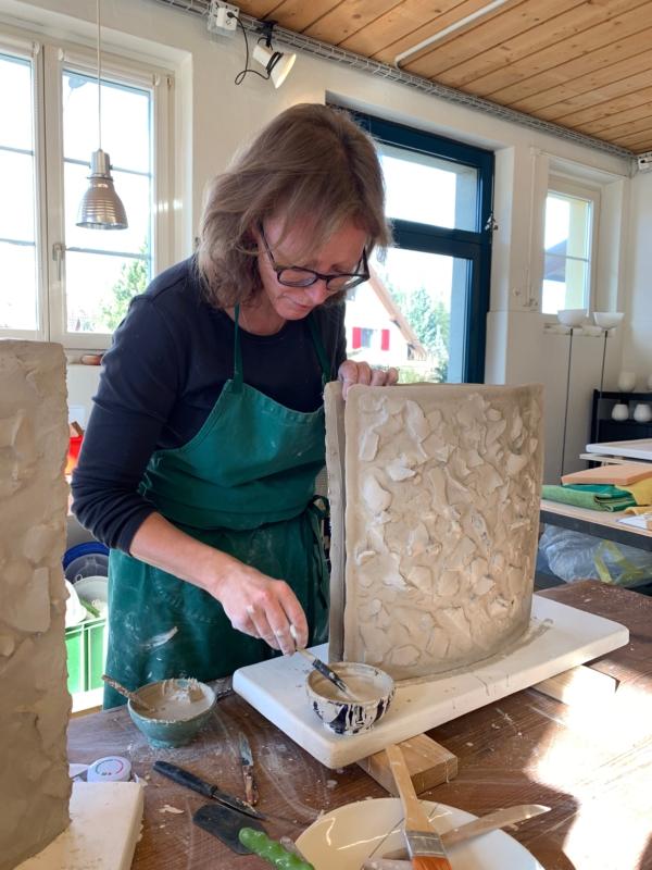 Die Keramikdesignerin beim Zusammenfügen eines Gefässes der «BUNSU»-Serie.