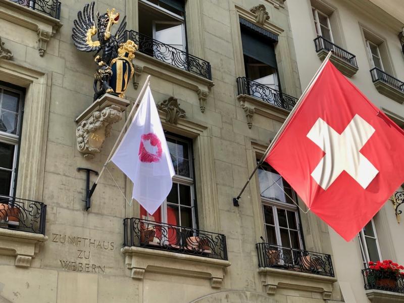 Eine Fahne mit dem für Marianne Milani typischen roten Kussmund beim Restaurant Zunft zu Webern.
